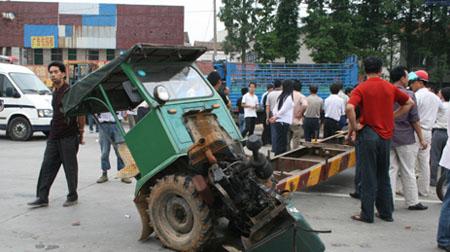 手扶拖拉机横在了公路上