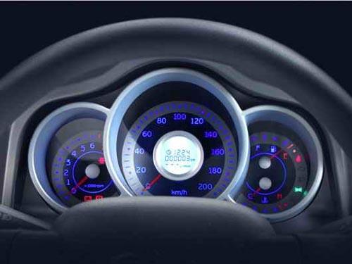 拉开车门,淡蓝色背光灯的衬托下的三炮筒状的圆形仪表盘,如大海般