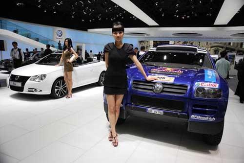 上海车展大众汽车展台:美女车模联袂时尚新车