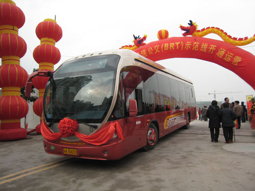 2007年底,由恒通客车自主研发的纯天然气brt客车投入重庆 高清图片